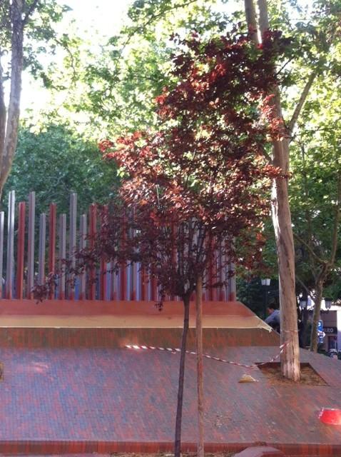 El color rojizo del parque se funde con el del vallado